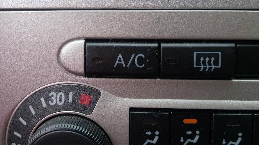 「A/C(エアコン)」スイッチをオフにする。2