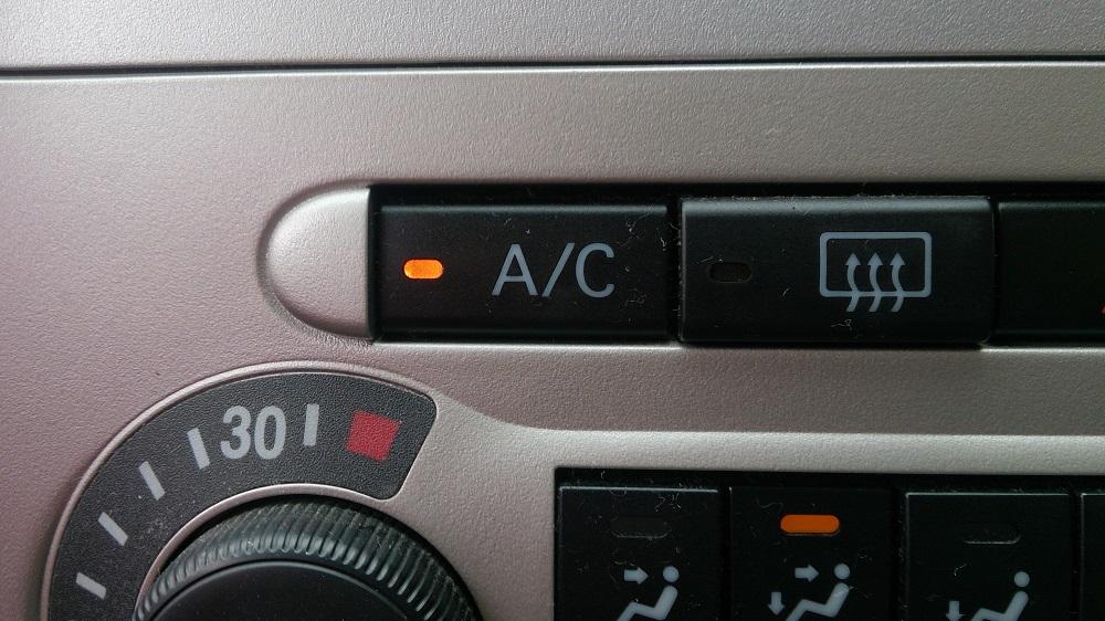 「A/C(エアコン)」スイッチをオフにする。1